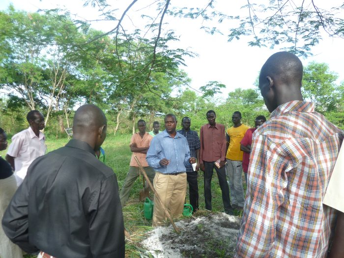 Samuel Nderitu discusses composting with participants from South Sudan
